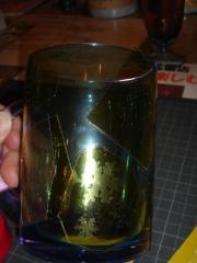 シールをはられたグラス。