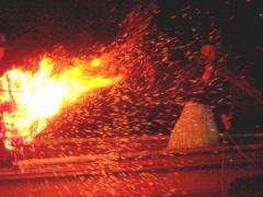 篝火:火の粉が舞う
