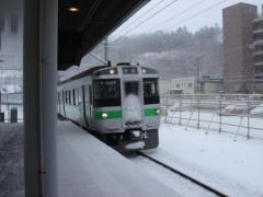 雪の中列車がはいる